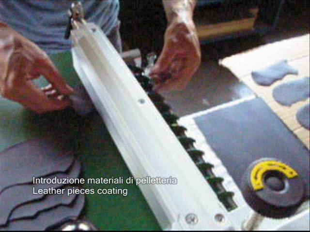Colocando materiales de marroquinería en la máquina