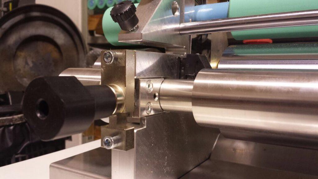 Eje de control para aplicar adhesivo base agua con rodillo