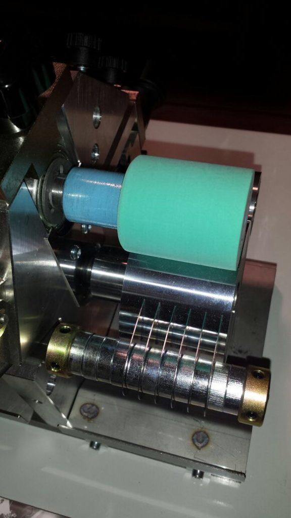 rodillo pequeño para aplicar adhesivo base agua en piezas pequeñas de cuero