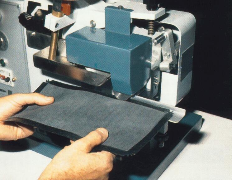 Máquina para marroquinería, aplicación de pegamento a basse de agua con rodillos