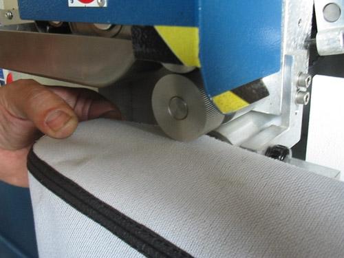 máquina para aplicar pegamento en artículos de marroquinería