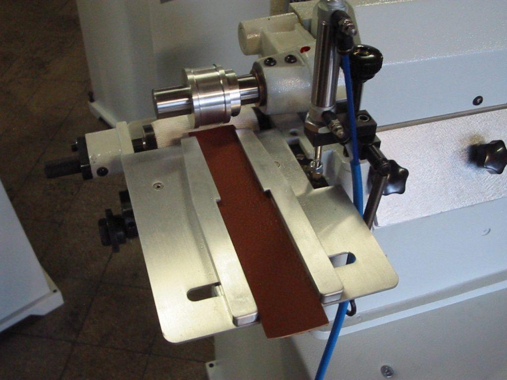 bandeja para colocar cintas o cinturones de cuero y piel para darle bordes