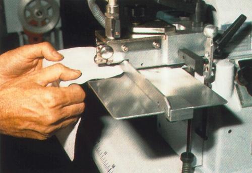 máquina para hacer bordes de piezas pequeñas de cuero