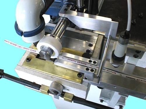 rodillo para pegamento termofusible sobre cintas finas de cuero