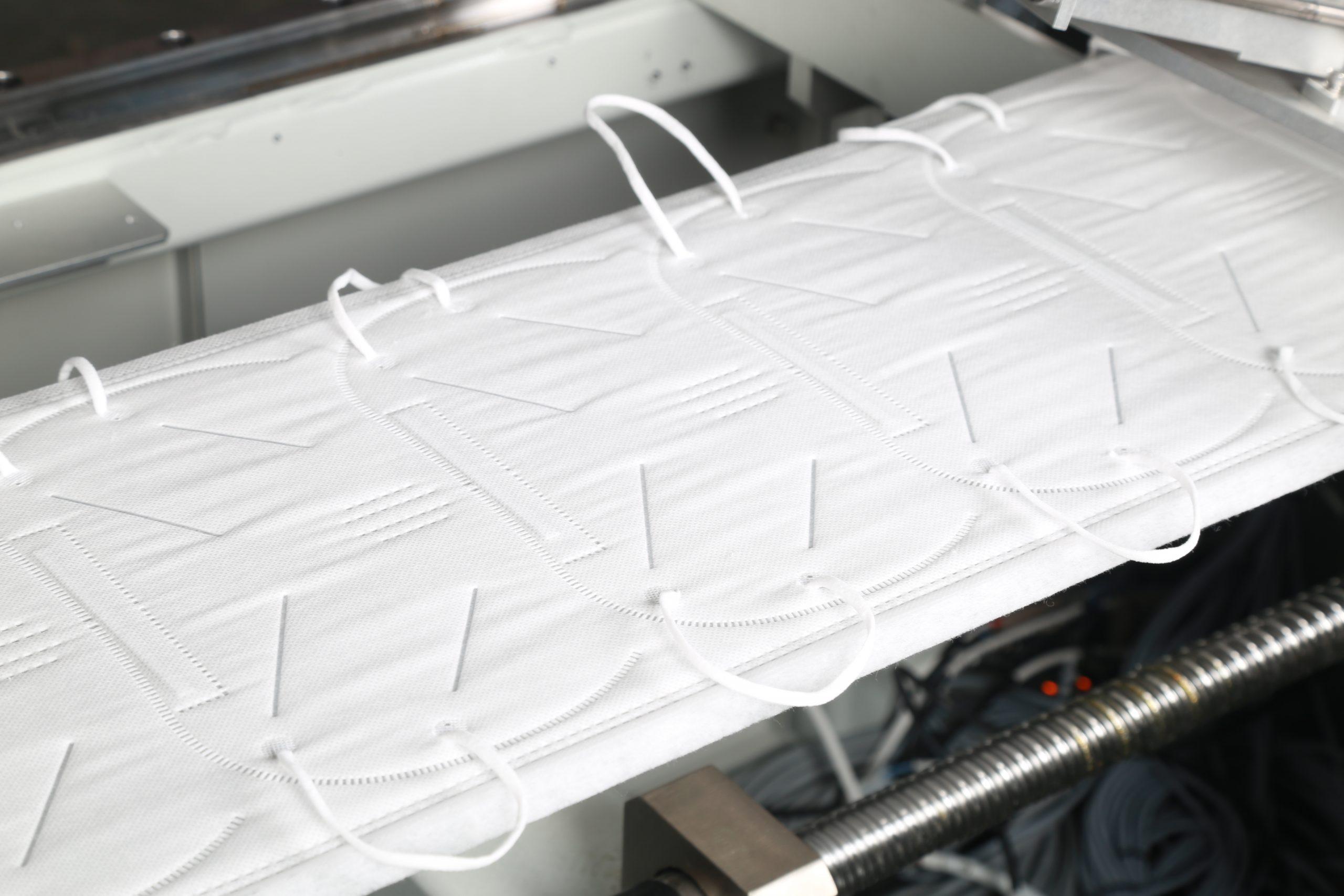 aplicación de elásticos por línea industrial de hacer mascarillas